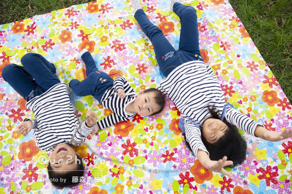 リンクコーデで原っぱへ!はっちゃけて楽しく家族写真の撮影