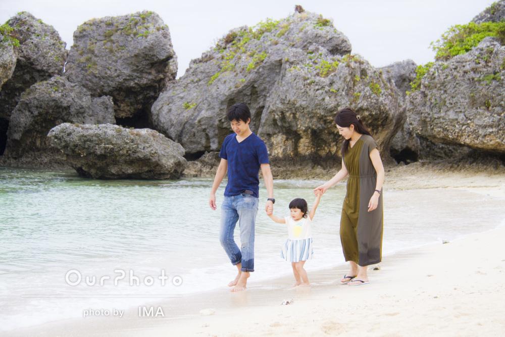 透き通る海辺で爽やかに家族写真の撮影