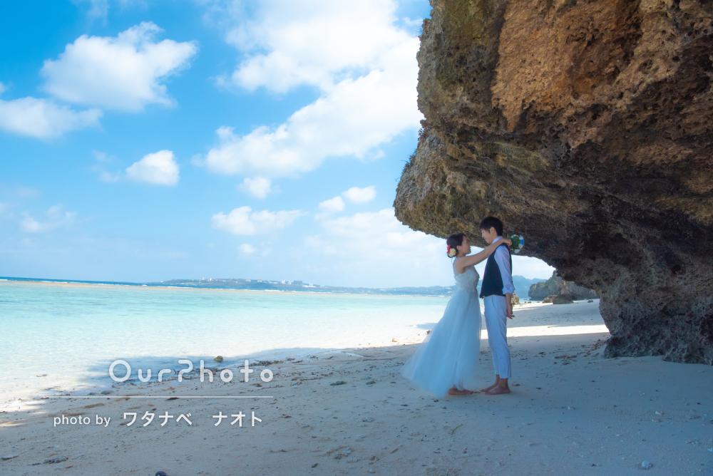 壮大な青い海でお二人らしいエンゲージメントフォトの撮影