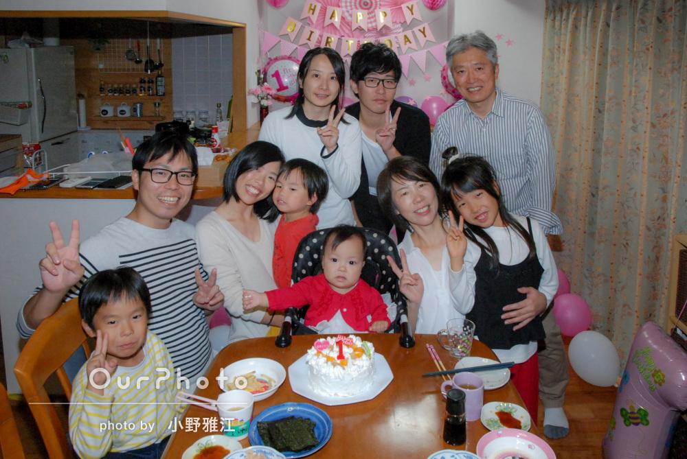 家族みんなが集まって1歳の誕生会の撮影