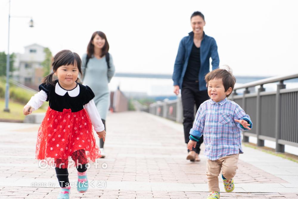 引っ越し前によく遊んだ公園で、ノリノリ笑顔の家族写真の撮影
