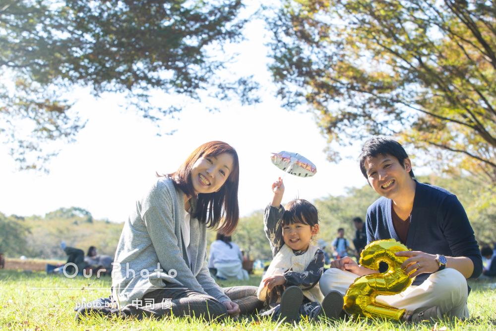 元気いっぱい動いて!2歳の誕生日記念に秋らしい家族写真の撮影