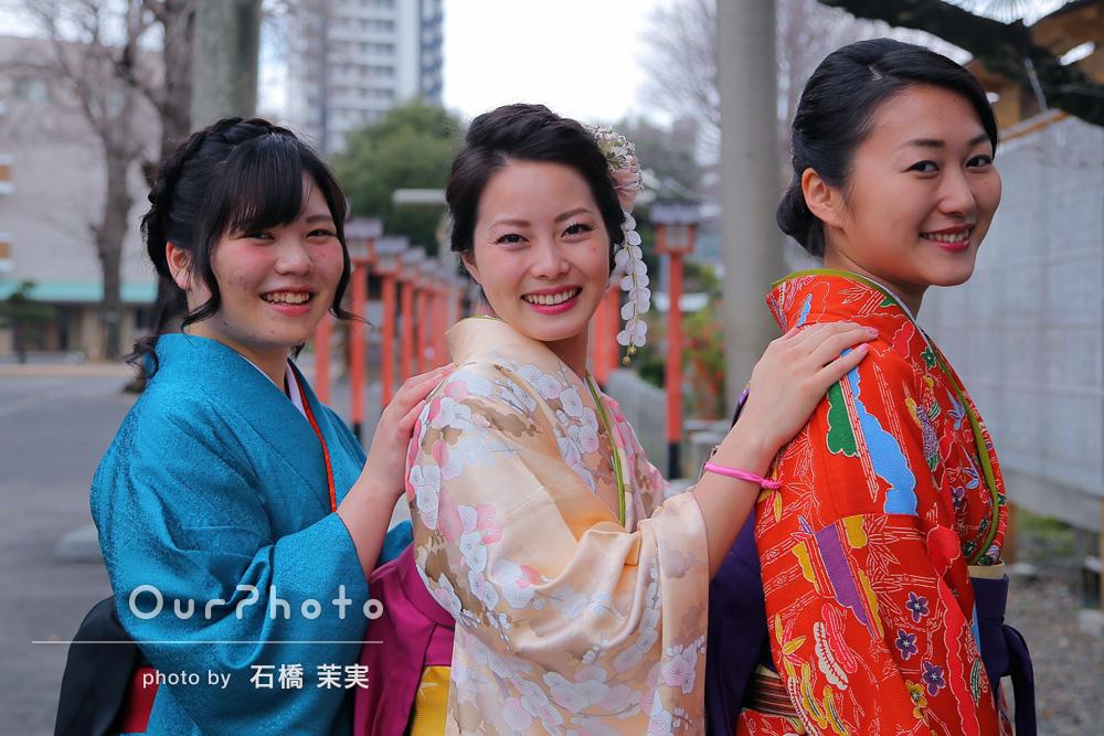 「和やかに友達3人で普段の居心地のまま自然体な表情を撮ってもらえて大変感謝!」友達と卒業式の写真撮影