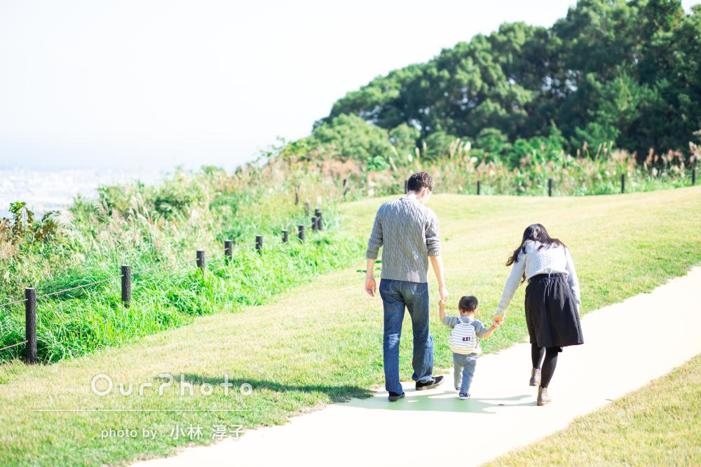 人見知りの激しい子でも自然体!壮大な眺めの丘で家族写真の撮影