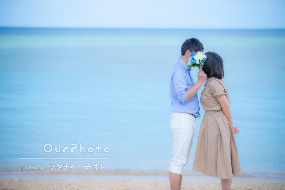 沖縄のビーチで穏やかなカップルフォト撮影