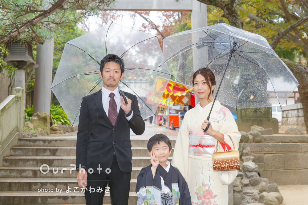 「雨と思わせないような明るくステキな写真」雨の神社で七五三撮影