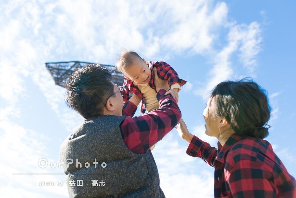 「終始笑顔」家族でリンクコーデ!秋の公園でカジュアルフォト