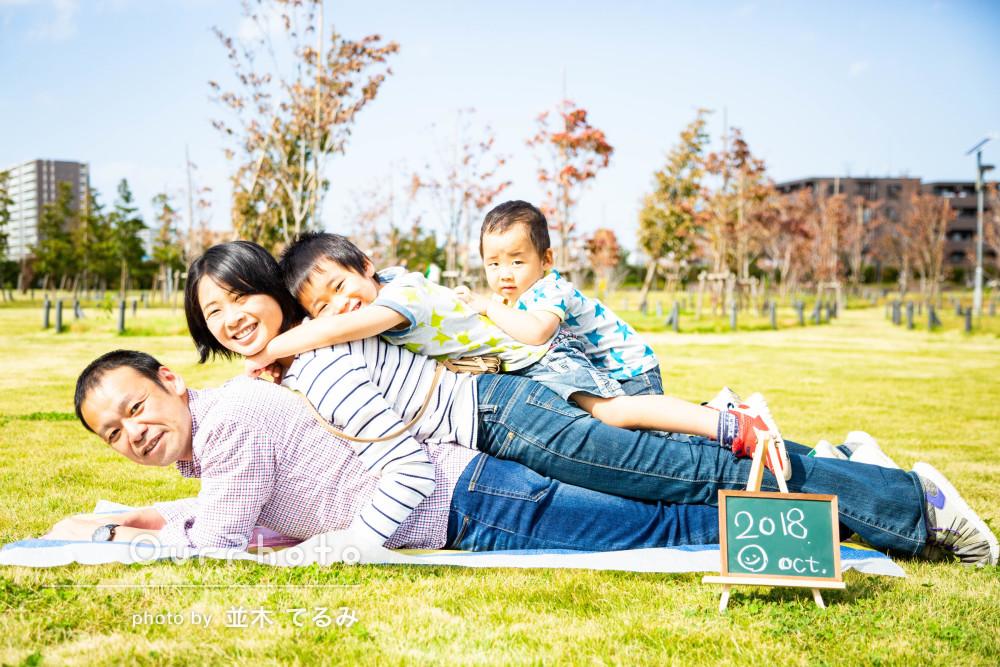 秋らしい公園で活き活きとした躍動感!家族写真の撮影