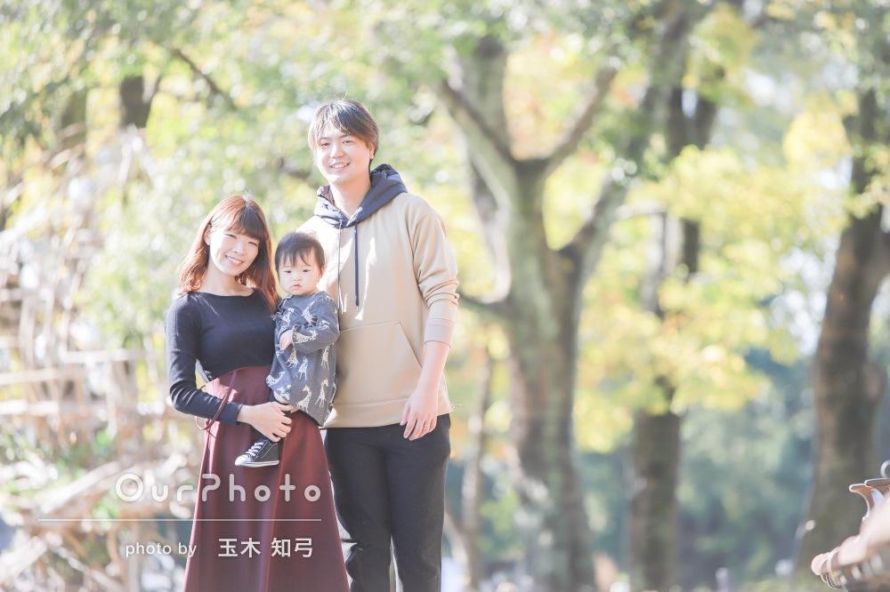 自然が美しい公園で温もり伝わる1歳記念の家族写真の撮影