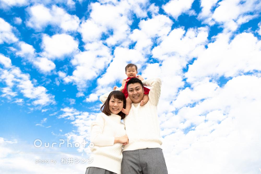 青空や花と一緒に!公園で年賀状用の家族写真の撮影