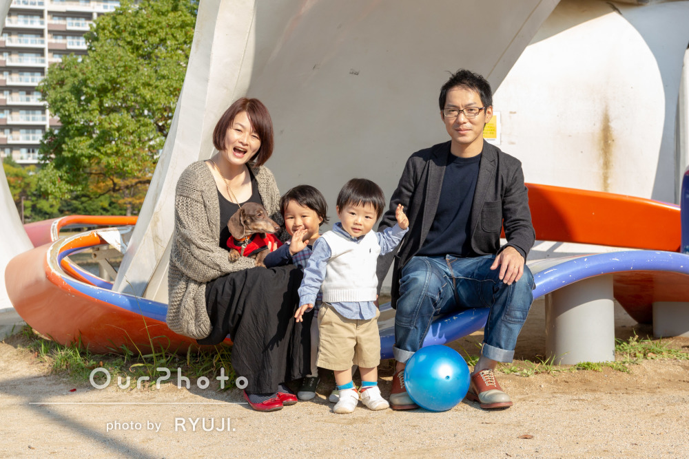 「子供達の自然な表情をさすが!という構図で」公園での家族写真の撮影