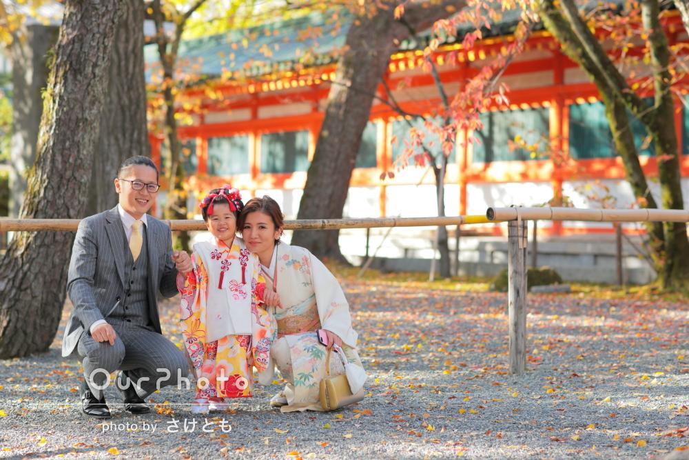 秋らしい赤が映えるご家族の愛が伝わる、ほっこり七五三写真の撮影