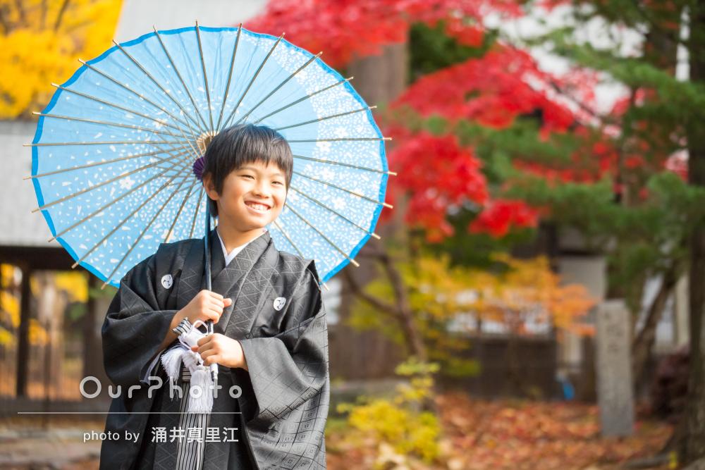 紅葉と袴と傘の色のバランスが素敵!男の子2人の七五三撮影