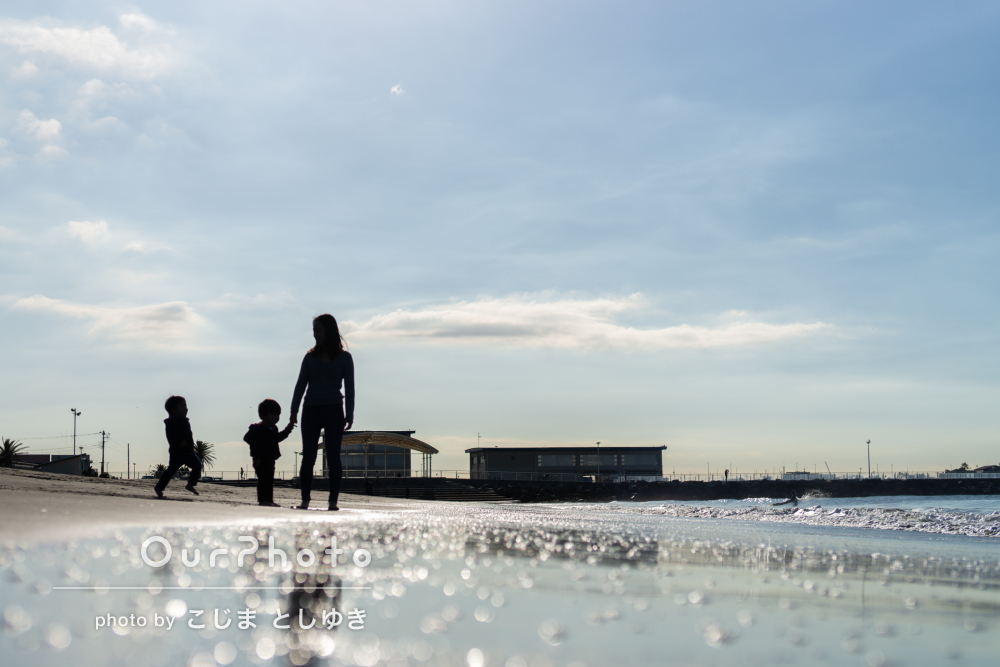 「自然な雰囲気を」海辺で親子3人の記念写真の撮影