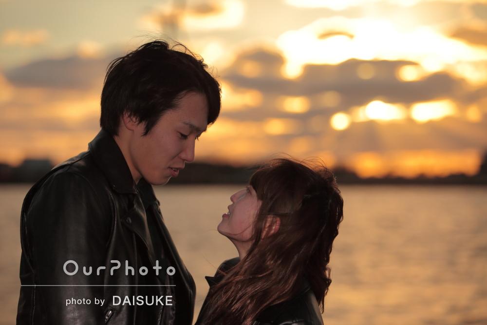 自然にお二人の世界へ!色鮮やかな夕日のカップルフォト撮影