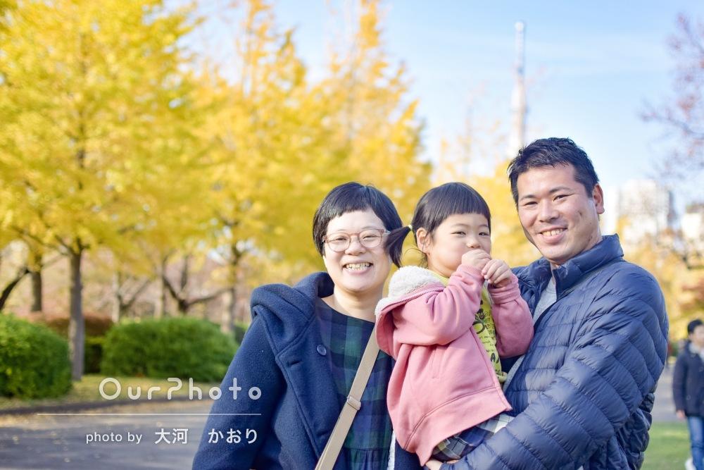 イチョウと一緒に!「こどもの笑顔もばっちり」年賀状用家族写真の撮影