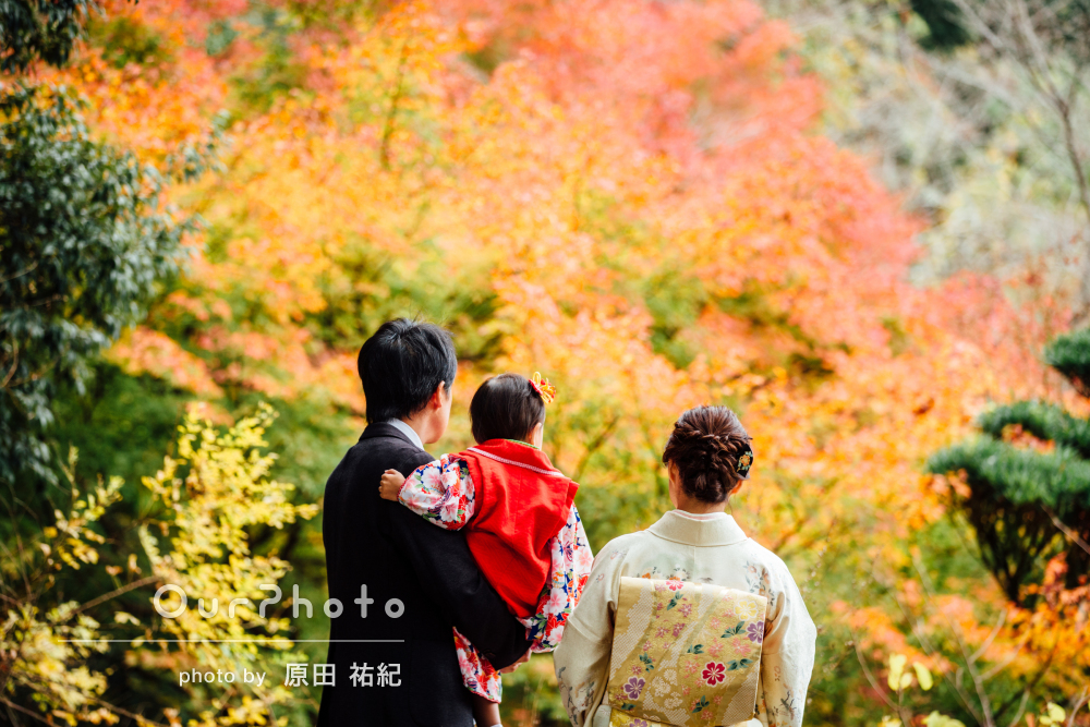 ご家族の愛情がほほえましい!紅葉色鮮やかな七五三写真の撮影
