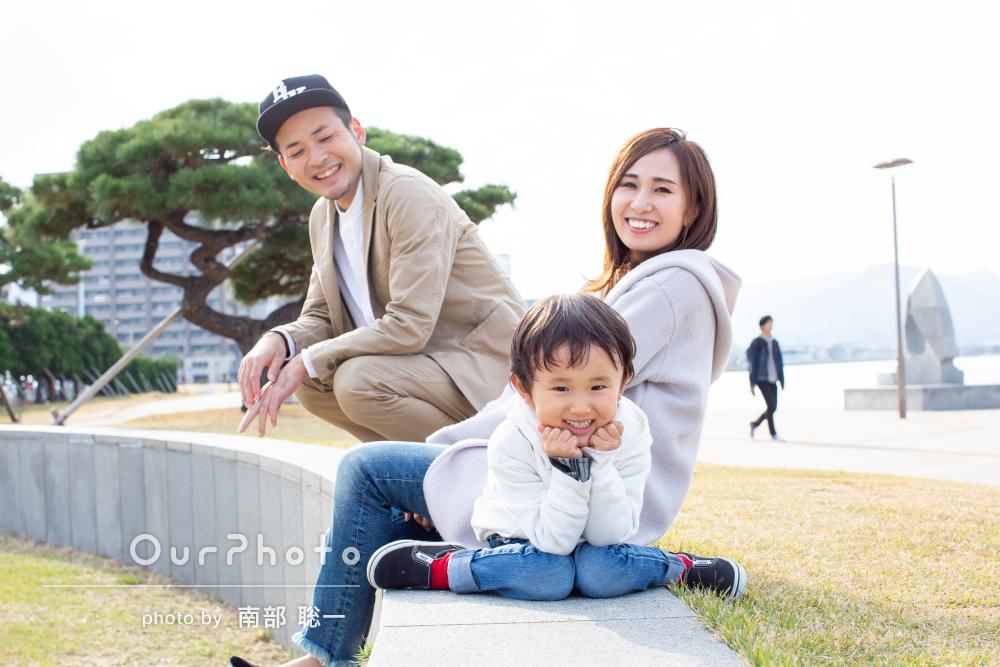 「子供のやる気を自然と引き出す」海辺でのおしゃれ家族写真の撮影