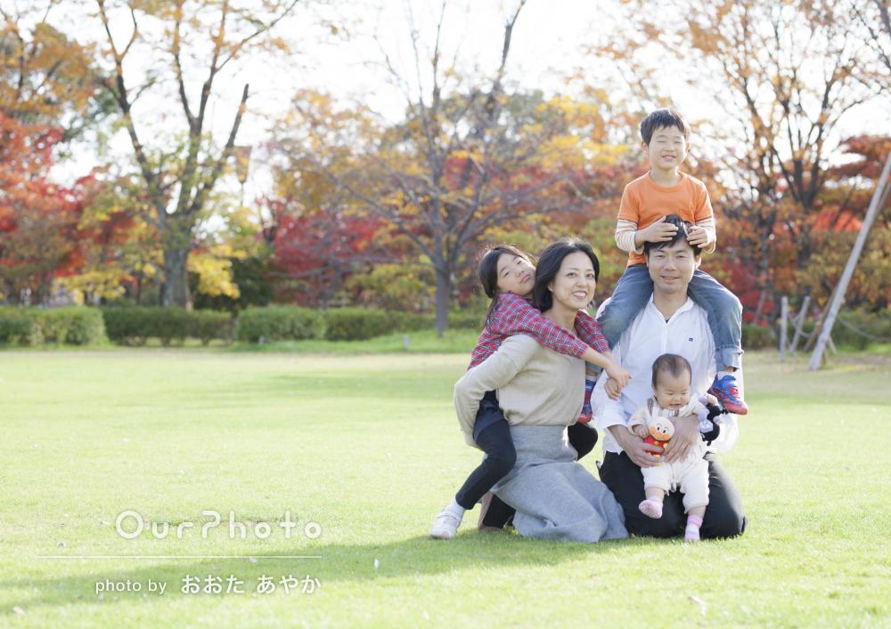 綺麗に染まる紅葉の中で!とても自然体な家族写真の撮影