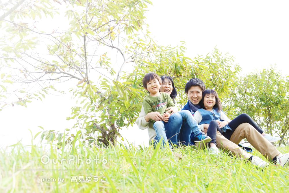 パパママも一緒に元気いっぱい!家族写真撮影