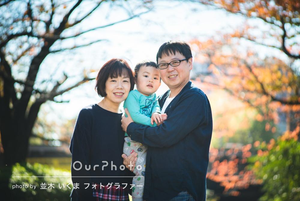 「日頃の自然な表情を」秋の公園で年賀状用の家族写真の撮影