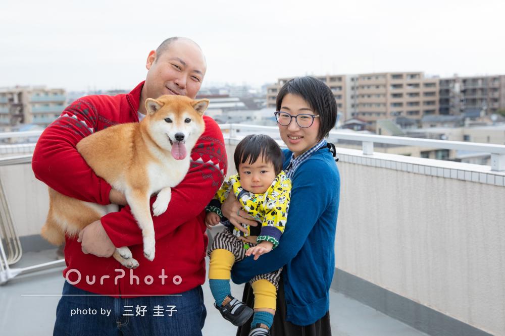 1歳の子もワンちゃんもこっち向いて!楽しみながら家族写真の撮影
