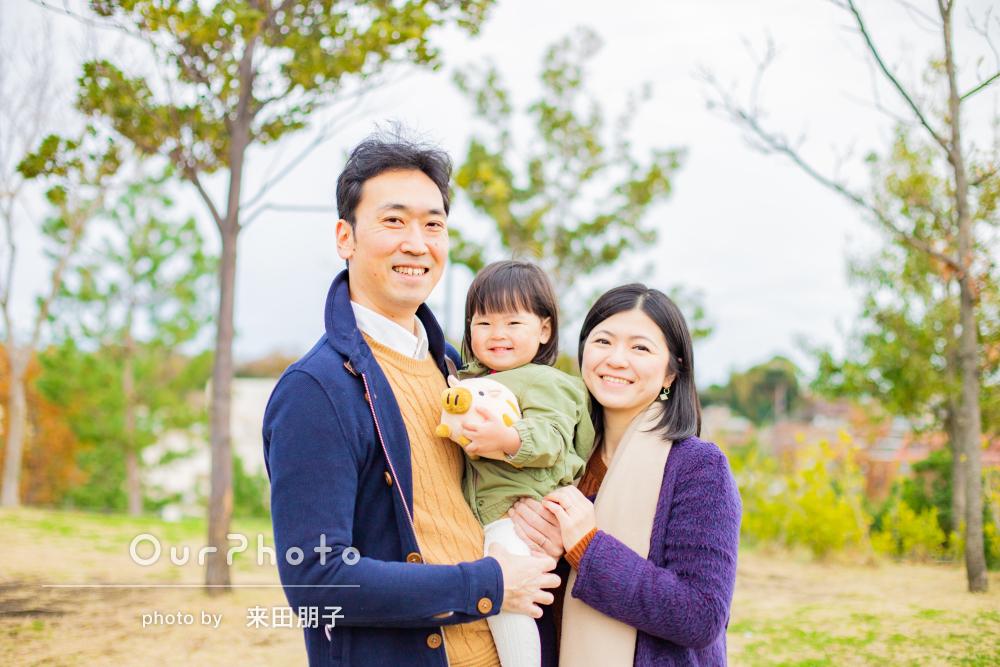 干支にぬいぐるみと一緒に年賀状用の家族写真の撮影