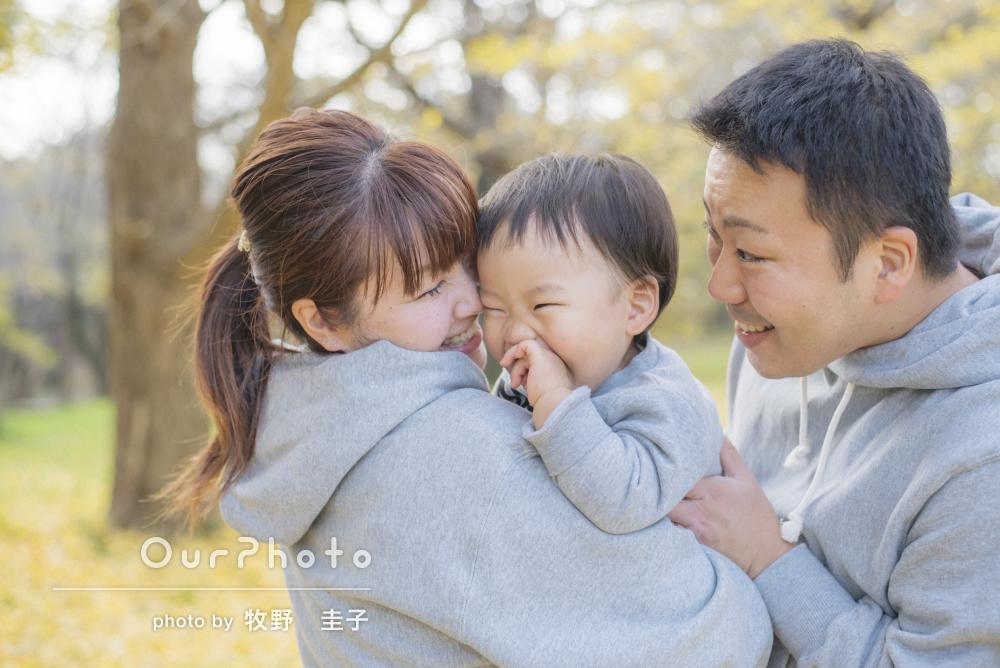 黄色い落ち葉の絨毯が素敵!年賀状用のカジュアル家族写真
