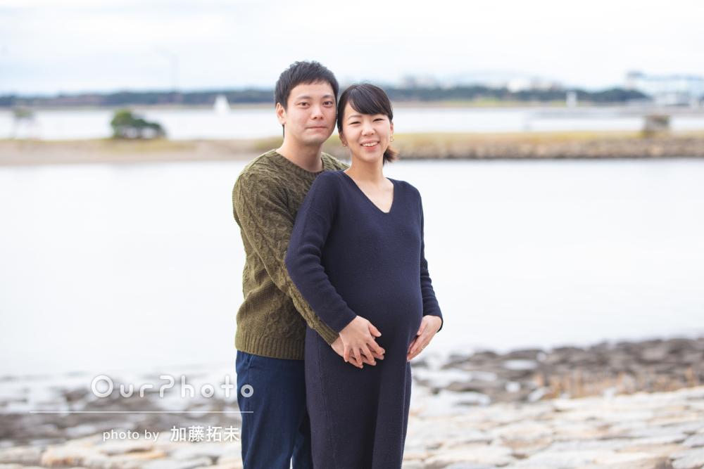 海辺で芝生で観覧車の前で、夫婦揃ってマタニティフォト