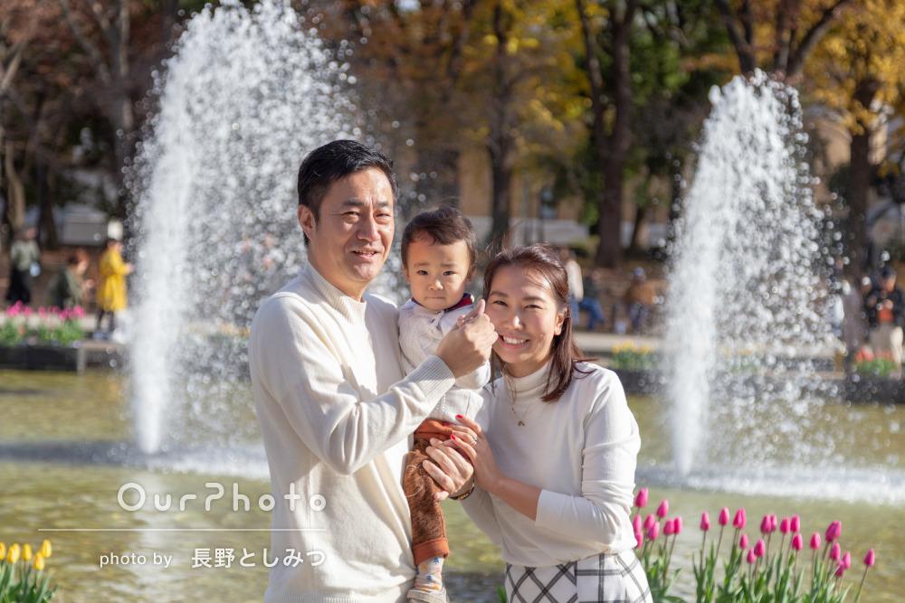 アイスチューリップと黄色いイチョウに春と秋を感じる家族写真の撮影