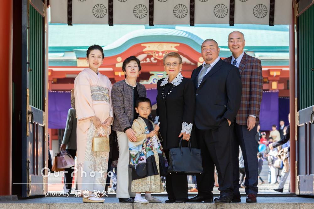 家族の優しい雰囲気あふれる色彩鮮やかな七五三の撮影