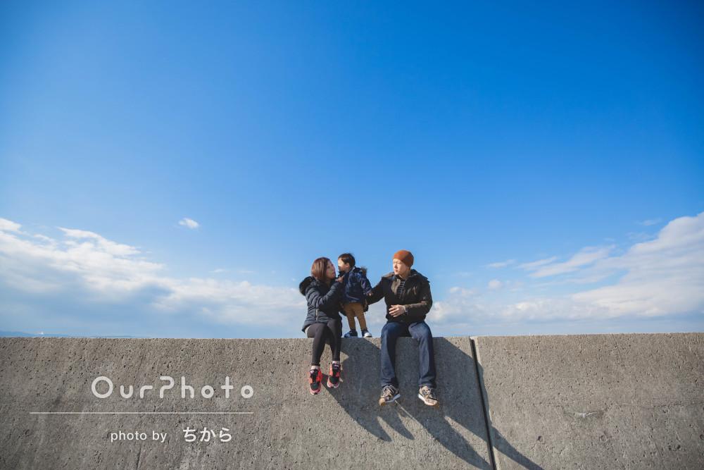 「人見知りの息子も懐いて」冬の海辺の公園で家族写真の撮影
