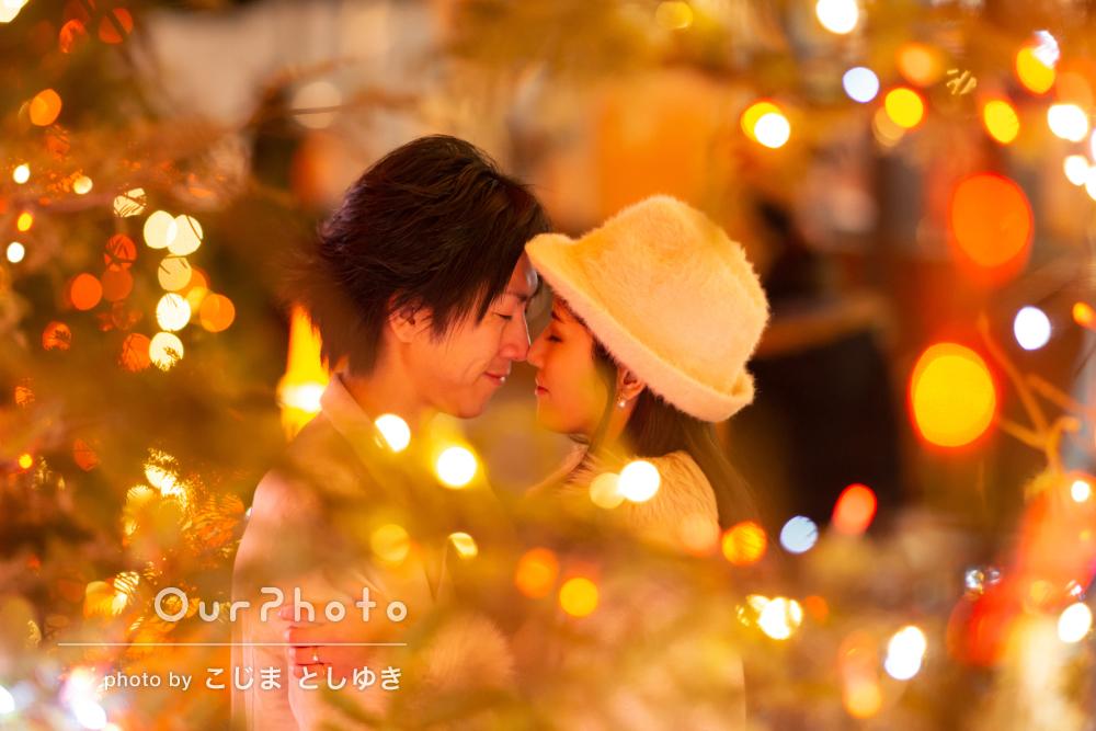 夜の街中でロマンチックなエンゲージメントフォト出張撮影