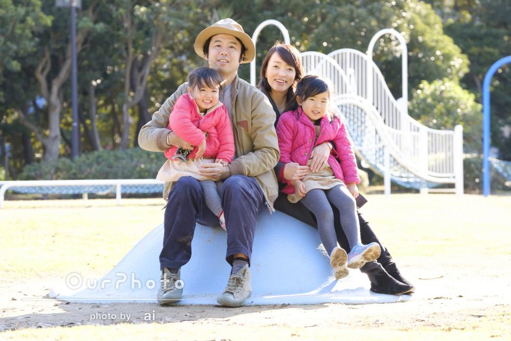 姉妹の成長記録にもなる「楽しい雰囲気」の年賀状用家族写真