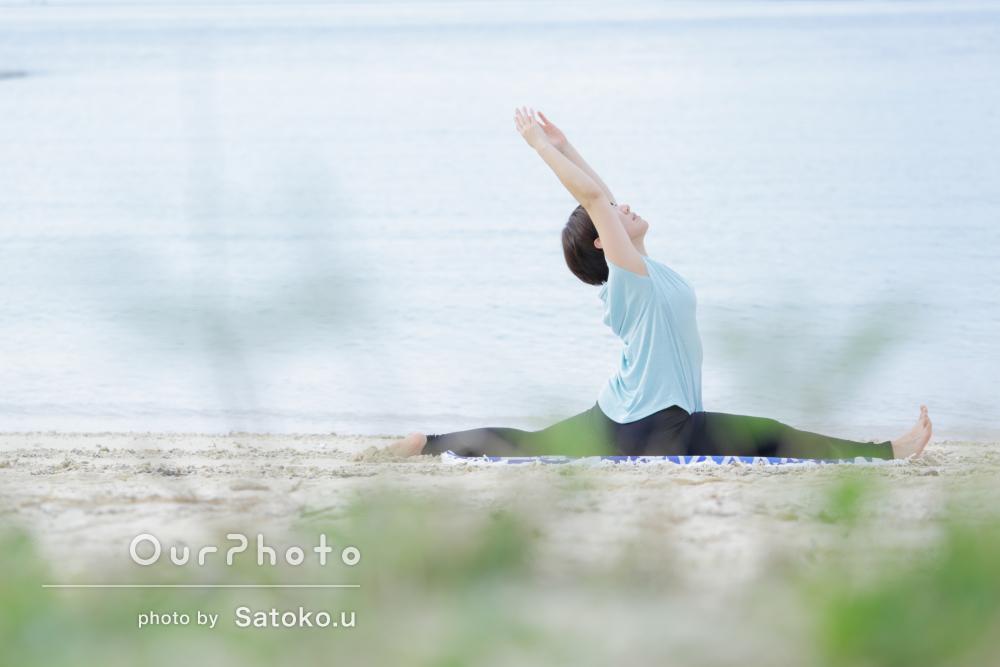 「ヨガポーズで」沖縄のビーチで雄大なプロフィール写真撮影