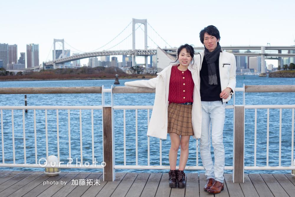 冬の海辺に白い上着が素敵!カップルのデートスナップ撮影