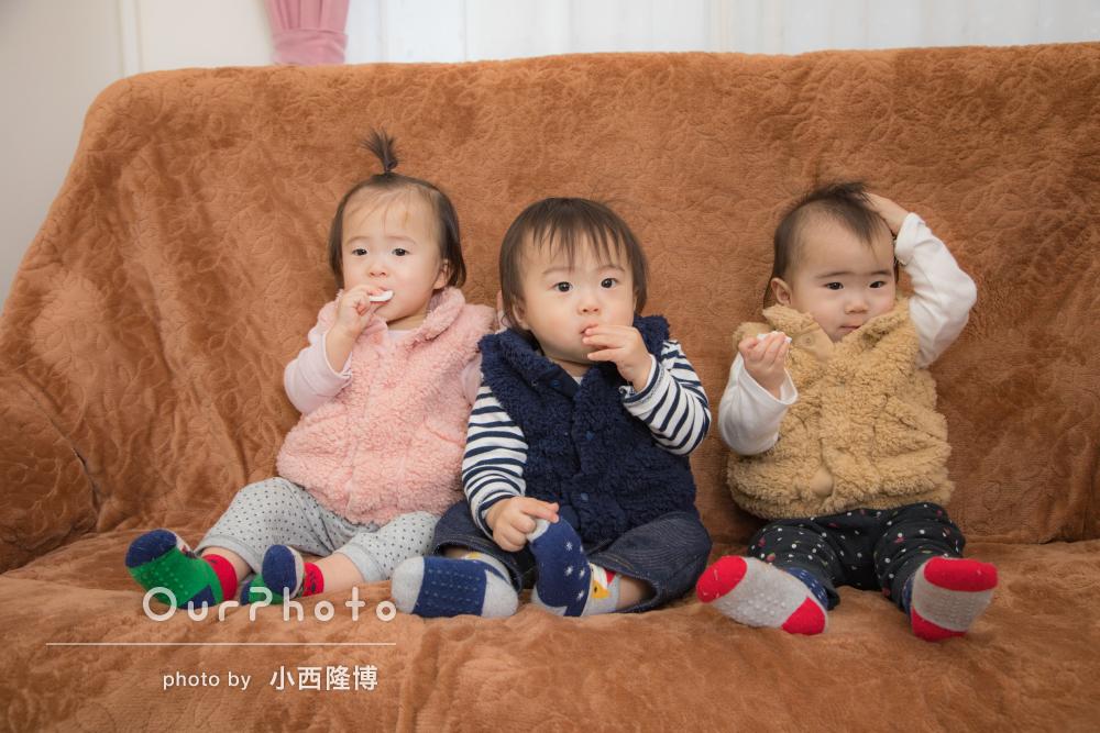 三つ子のお子様もリラックス!ご自宅で家族写真の撮影
