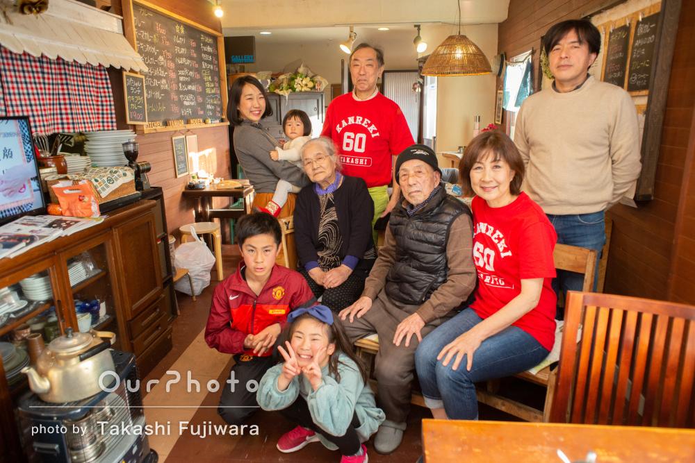 4世代揃って!還暦のお祝いに明るく楽しい雰囲気の家族写真の撮影