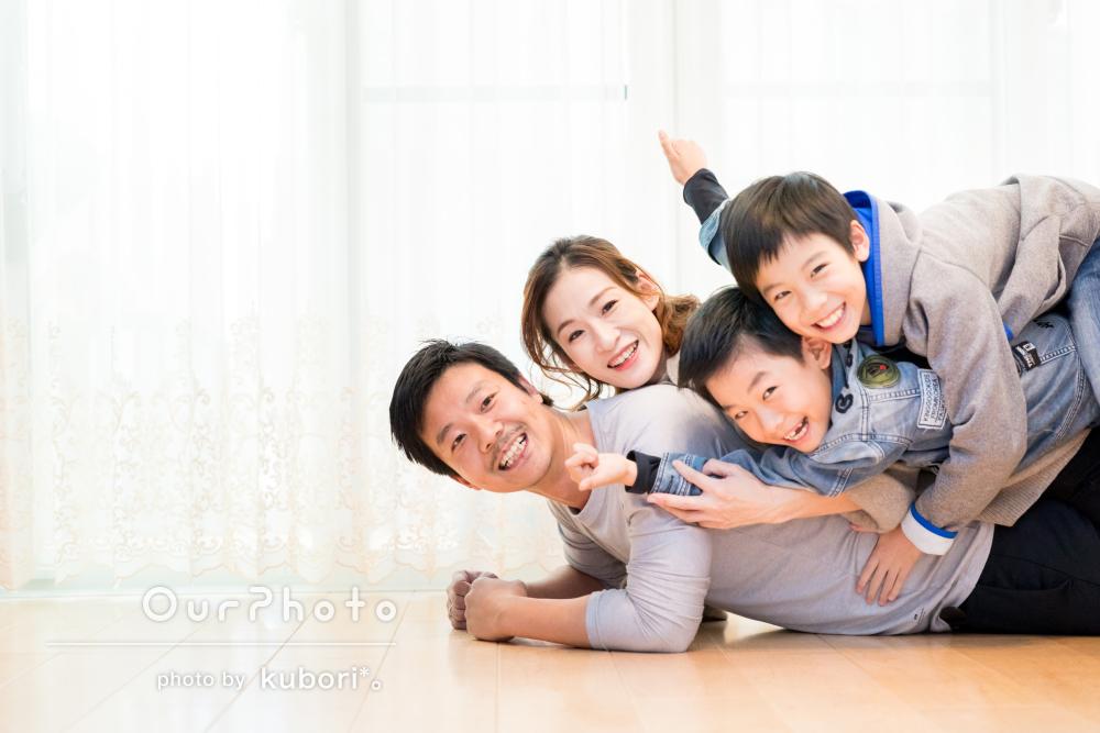 温かい雰囲気がそのまま切り取られたワンちゃんも一緒の家族写真の撮影
