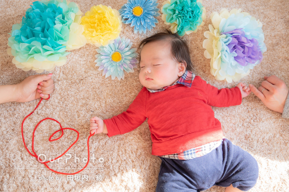 「すごく安心」誕生100日記念に小物も使って自宅で家族写真の撮影