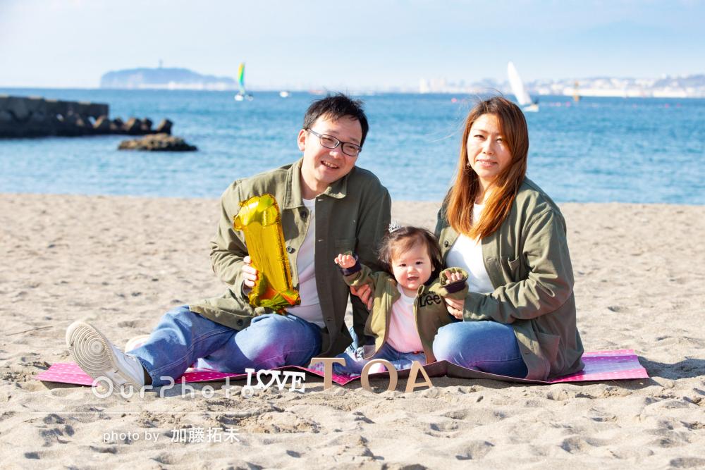 「笑顔を作ってくれて感謝」1歳記念に海岸での家族写真の撮影