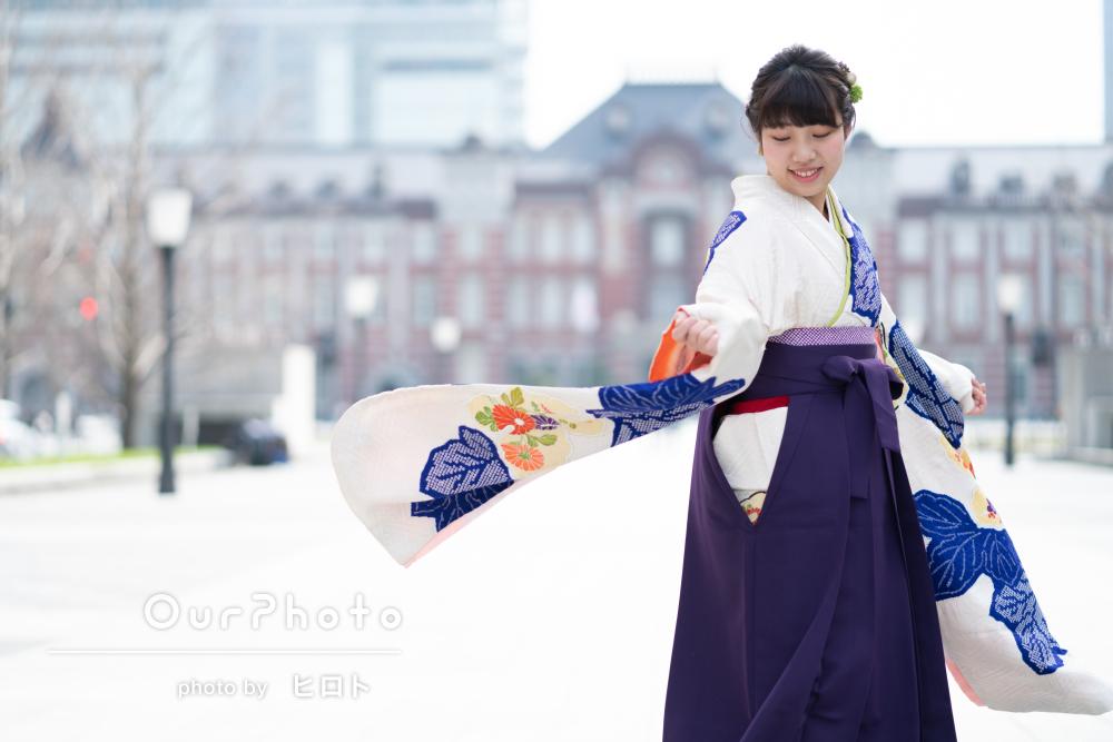 お洒落な街中で袴姿の卒業写真撮影