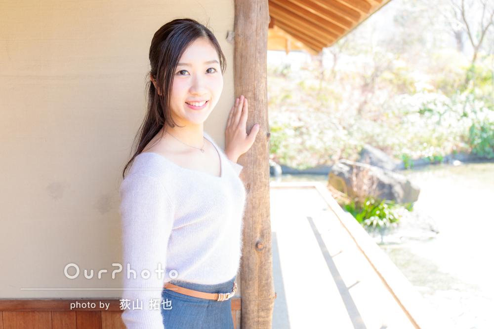 2パターンの服装で自然な笑顔の女性プロフィール写真の撮影