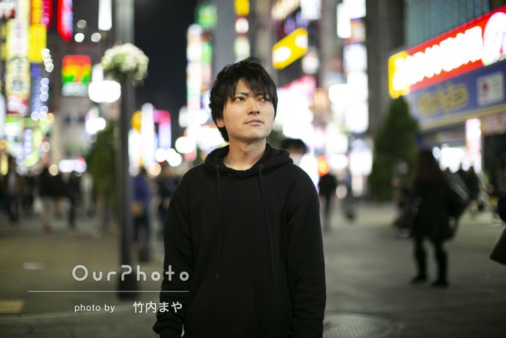 夜の街中で、クールな雰囲気のおしゃれなプロフィール写真の撮影