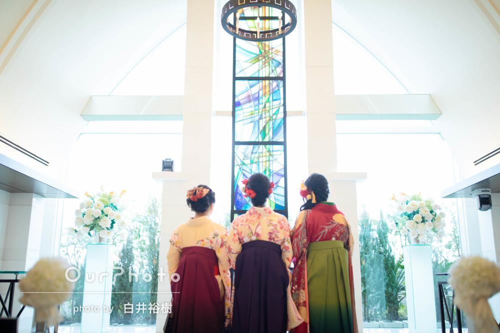袴で爽やかに卒業記念に友達との記念撮影