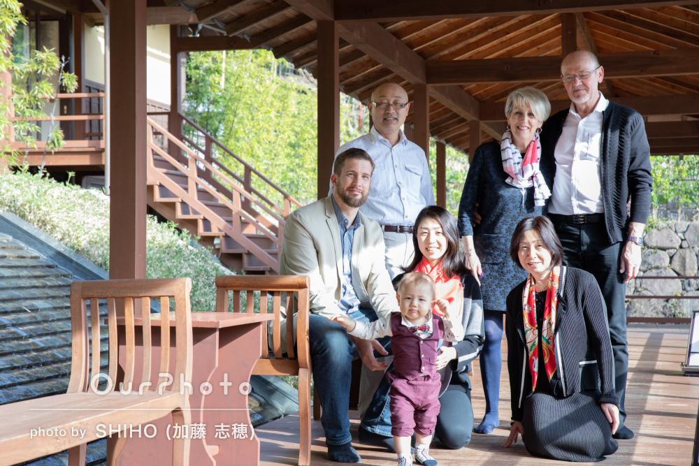 「おかげで良い笑顔」旅行の記念に3世代家族の写真撮影