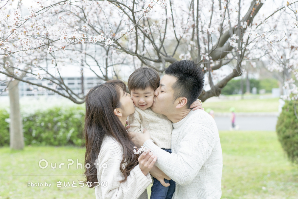 「楽しく撮れたのでまた機会があればお願いします」桜の木の下で家族写真