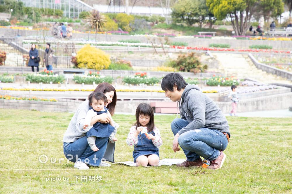 「姉妹の自然な笑顔を引き出して頂きました」春うららな公園で家族写真