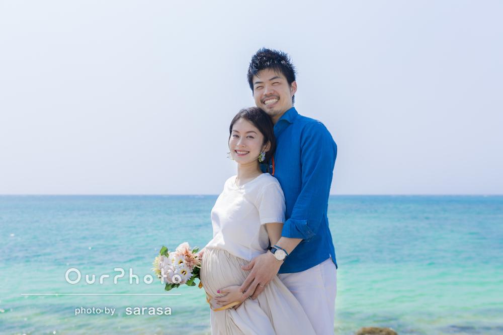 沖縄の真っ青な海をバックに明るく幸せいっぱいのマタニティーフォト