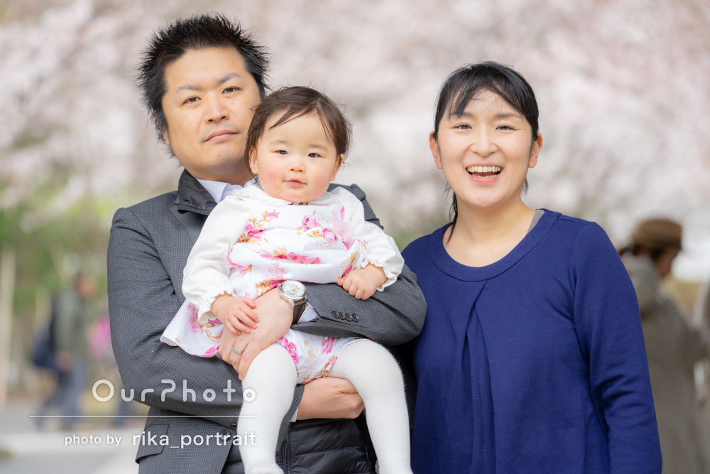 いつも通りリラックスして笑顔とサクラ咲くほっこり家族写真